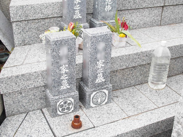 石屋墓園(個別納骨タイプで小さな墓標の下に個別の納骨スペースがあります)