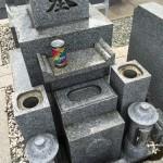 光明寺墓地にてお墓の水アカ除去、洗浄クリーニング中です