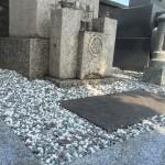 神戸市東灘区のお墓にて玉砂利(お墓の小石)入れ替え作業