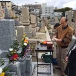 春日野墓地にて文字彫りと納骨式の立会