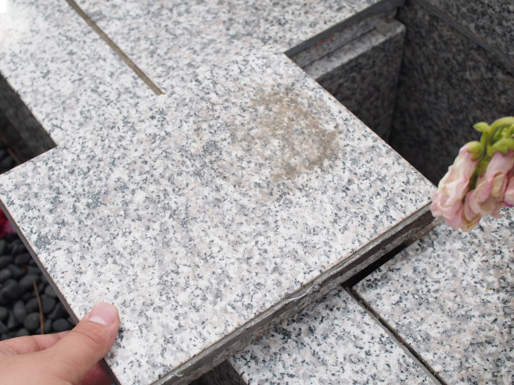 小さな墓石の下がスライドし納骨部となります