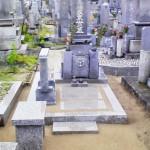 香川県の墓地で雑草対策の固まる土施工と物置石の設置しました。