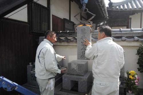石材は200㎏を超える重さ。慎重に作業します。