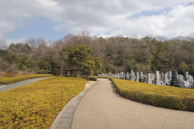 緑がとっても美しい。全面バリアフリーの霊園