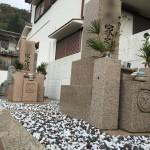 石井墓地にてジオミックス施工と玉砂利の入れ替え