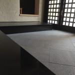 お寺さんの玄関を黒御影石にリフォームしました