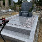 西宮市の満地谷墓地でリフォーム工事を行い、黒龍石と白御影石の洋型墓石が完成しました。