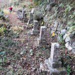 高知県の山あいにある昔からの墓地で、古い墓石群の解体工事を行いました。