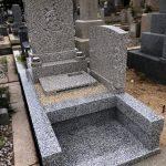神戸の石屋墓園に万成石の洋型オリジナルデザイン墓石が完成しました。竿石の文字はこだわりのつつき仕上げで。