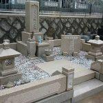 神戸の神阪中華義荘(中華墓地)にてお墓のリフォーム工事。外柵据え直しとクリーニング、文字の色入れ直しを行いました。