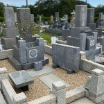 神戸市の鵯越墓園、西神墓園でレジンストーンを使ったお墓の防草工事を行いました。