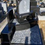 神戸市の石屋墓園に、庵治石とインド黒を使用したこだわりのデザイン墓石が完成。土間は那智石を敷き詰めた石畳風の仕上げで。