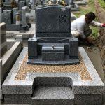 神戸市東灘区の郡家墓地に、佐賀県産天山石の洋型墓石が完成しました。