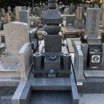 神戸市の石屋墓園に黒龍石の古代型五輪塔が完成、磨きを抑え重厚感のある落ち着いた仕上がりになりました。