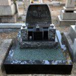 神戸市営魚崎墓地で、お墓のクリーニングとレジンストーンの防草工事を行いました。モダンなデザインが引き立つ阿波石の砂利を使用。