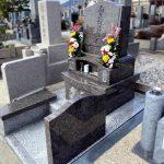 神戸市の石屋墓園にリンドウと紫陽花の彫刻を施したノルウェー産ブルーアンティークのオリジナルデザイン墓石が完成しました。