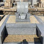 神戸市鵯越墓園から石屋墓園へお墓の移設工事。広いアプローチとベンチでお参りしやすいお墓になりました。