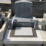神戸市内の共同墓地に、シンプルで機能的な天山石の洋型墓石が完成しました。オリジナルのローソク立てでモダンな印象の仕上がりに。