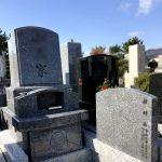 神戸市の石屋墓園にバイオレットブルーのデザイン墓石が完成。高さと安定感を兼ね備えた地上納骨式・和洋折衷型です。