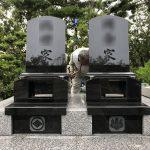 神戸市の舞子墓園に、インド産クンナムと中国産御影石を組み合わせたモダンな両家墓が完成しました。